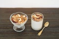 格兰诺拉麦片用莓果和酸奶在木桌上 传统Ame 免版税库存图片