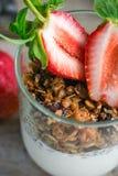 格兰诺拉麦片用酸奶和新鲜的草莓 免版税库存照片