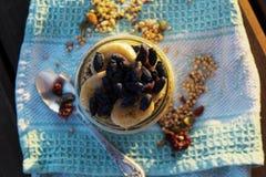 格兰诺拉麦片用香蕉和忍冬属植物 库存照片