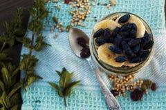 格兰诺拉麦片用香蕉和忍冬属植物 库存图片