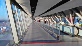 格域机场,英国- 01日DEC 2016年-游人盖特威克A到达了 库存图片