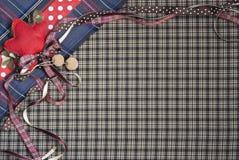 格子呢与圆点和红色丝带的背景纹理 库存照片