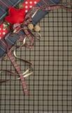 格子呢与圆点和红色丝带的背景纹理 免版税库存图片