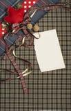 格子呢与圆点和红色丝带的背景纹理 免版税图库摄影