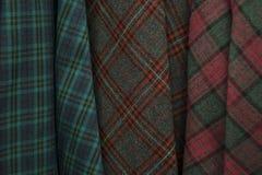 格子呢无缝的格子花呢披肩样式的颜色在织品商店 免版税图库摄影