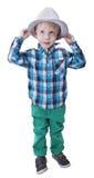 格子花呢上衣和帽子的逗人喜爱的小男孩 图库摄影
