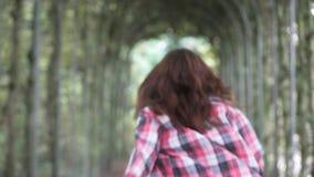 格子花呢上衣的妇女在秋天公园 特写镜头,微笑 股票视频