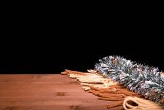 从格子花呢披肩和银色新年的闪亮金属片的边缘在边缘 库存图片