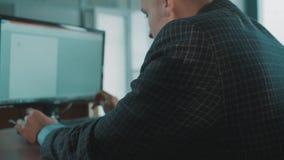 格子花呢披肩夹克的办公室工作者人疲倦地键入在键盘的 股票录像