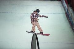 格子花呢披肩夹克雪板的人滑 免版税图库摄影
