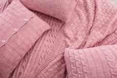 格子花呢披肩枕头床设计纹理桃红色 免版税库存照片