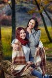 格子花呢披肩的两名妇女 免版税库存照片