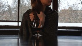 格子花呢披肩的夫人打颤从寒冷的,对待与白兰地酒,非传统的医学 股票录像