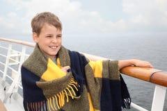 格子花呢披肩的男孩在船甲板  免版税库存图片