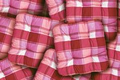 格子花呢披肩红色坐垫 免版税库存图片