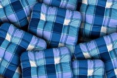 格子花呢披肩蓝色坐垫 免版税库存图片