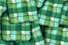 格子花呢披肩绿色坐垫 免版税库存照片