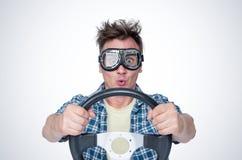 格子衬衫的惊奇的人和与方向盘,正面图的时髦的风镜 汽车司机概念 免版税图库摄影