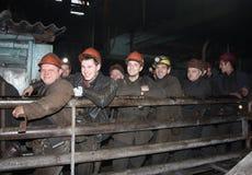格尔洛夫卡,乌克兰- 2015年10月12日:矿工是在队列在下降前入地下工作 图库摄影