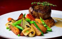 格式化的牛腰肉排,与油煎的菜的意大利煨饭 免版税库存图片