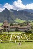 格律耶尔城堡的在晴朗的夏日,瑞士一个庭院 免版税库存照片