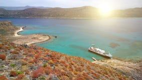 格拉姆武萨群岛海岛的海岸线有堡垒的高度的 有明亮的红色灌木和船的春天海岛 图库摄影