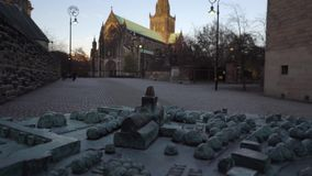 格拉斯哥大教堂金属模型在苏格兰 真正的大教堂在背景被看见,首先在焦点外面和比,在s以后 影视素材