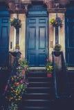 格拉斯哥廉价公寓前门和台阶有春天花盆的 免版税库存照片