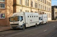 格拉斯哥,苏格兰- 2017年12月1日:两辆囚犯运输车由附近等候在街道上法院的G4S经营 库存照片