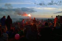 格拉斯顿伯里节日,萨默塞特,英国 07 01 2014年 在石圈子的人群等待的日出在格拉斯顿伯里节日 W 免版税库存图片