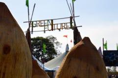 格拉斯顿伯里节日 06 26 2015年 查寻绿化未来的入口调遣艺术性地弄脏构筑在两之间木 免版税库存照片
