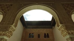 格拉纳达,安达卢西亚,西班牙- 2016年4月17日:阿尔罕布拉宫位于格拉纳达的宫殿和堡垒复合体 影视素材