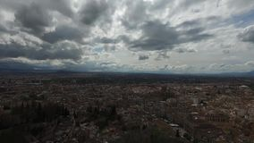 格拉纳达,安达卢西亚,西班牙- 2016年4月17日:阿尔罕布拉宫和城市的全景 股票录像