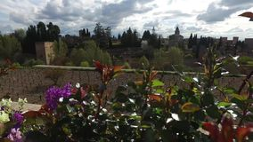 格拉纳达,安达卢西亚,西班牙- 2016年4月17日:阿尔罕布拉宫和赫内拉利费宫宫殿有庭院的 股票录像