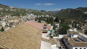 格拉纳达,安达卢西亚,西班牙- 2016年4月15日:从钟楼的阿尔罕布拉宫视图在圣Nichola屋顶大阳台  股票录像