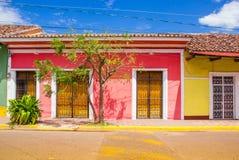 格拉纳达,尼加拉瓜, 2018年5月, 14日:五颜六色的房子行室外看法在dowtown的中心城市在格拉纳达 图库摄影