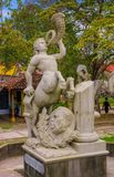 格拉纳达,尼加拉瓜, 2018年5月, 14日:播放一块垫铁的名骑手扔石头的雕象室外看法在城市的公园 免版税库存图片