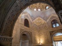 格拉纳达,西班牙- 2018年3月:阿尔罕布拉宫的曲拱和专栏 它是位于格拉纳达的宫殿和堡垒复合体 库存照片