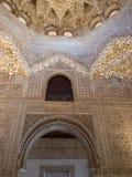 格拉纳达,西班牙- 2018年3月:阿尔罕布拉宫的曲拱和专栏 它是位于格拉纳达的宫殿和堡垒复合体 免版税库存照片