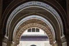 格拉纳达,西班牙- 2015年2月10日:对书法的一个特写镜头视图在阿尔罕布拉宫宫殿装饰了拱道的细节 免版税库存图片