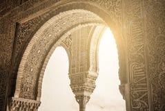 格拉纳达,西班牙- 2015年2月10日:对书法的一个特写镜头视图在阿尔罕布拉宫装饰了拱道的细节,格拉纳达宫殿  库存图片