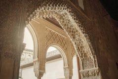 格拉纳达,西班牙- 2015年2月10日:对书法的一个特写镜头视图在阿尔罕布拉宫装饰了拱道的细节,格拉纳达宫殿  库存照片