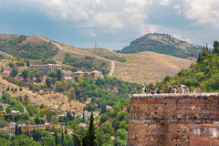 格拉纳达,西班牙- 2015年5月30日:对Albayzin区和阿瓦迪亚从阿尔罕布拉宫堡垒的del Sacromonte的神色 免版税库存图片