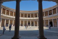 格拉纳达,西班牙- 2015年5月30日:查理五世阿尔罕布拉宫宫殿专栏和心房  库存图片