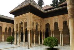 格拉纳达,西班牙- 2015年2月10日:狮子的法院的一个拱道与喷泉的在阿尔罕布拉宫宫殿 免版税库存图片