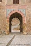 格拉纳达,西班牙- 2015年2月10日:露台的一个拱道有在阿尔罕布拉宫宫殿,格拉纳达的喷泉的 免版税库存图片