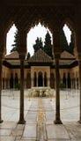 格拉纳达,西班牙- 2015年2月10日:狮子的法院的一个拱道与喷泉的在阿尔罕布拉宫宫殿,格拉纳达,安大路西亚 免版税库存图片