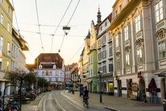 格拉茨市街道在大厦后的太阳设置 免版税图库摄影