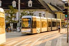 格拉茨市街道太阳设置电车 图库摄影