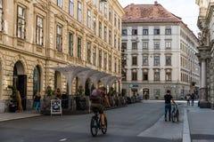 格拉茨,奥地利- 2017年8月11日:街道的骑自行车者在格拉茨 免版税库存图片